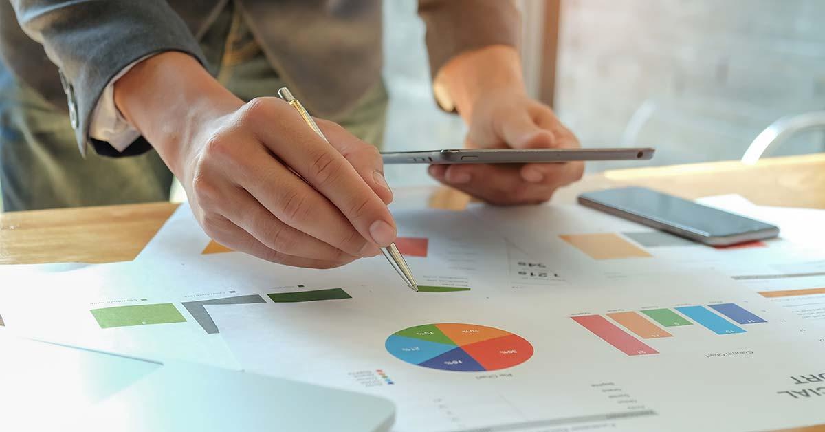 Inbound Marketing é o conjunto de estratégias de marketing que visam atrair e converter clientes usando conteúdo relevante. Diferente do marketing tradicional, no Inbound Marketing a empresa não vai atrás de clientes, mas explora canais como mecanismos de busca, blogs e redes sociais para ser encontrada.